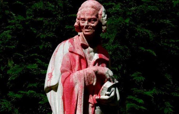 Estátua de Voltaire é vandalizada na capital da França - Exata News